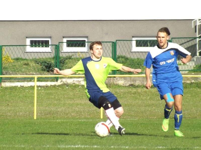 Paweł Dulbas (w niebieskim stroju) strzelił dwie bramki swojej byłej drużynie, Sparcie Łabunie