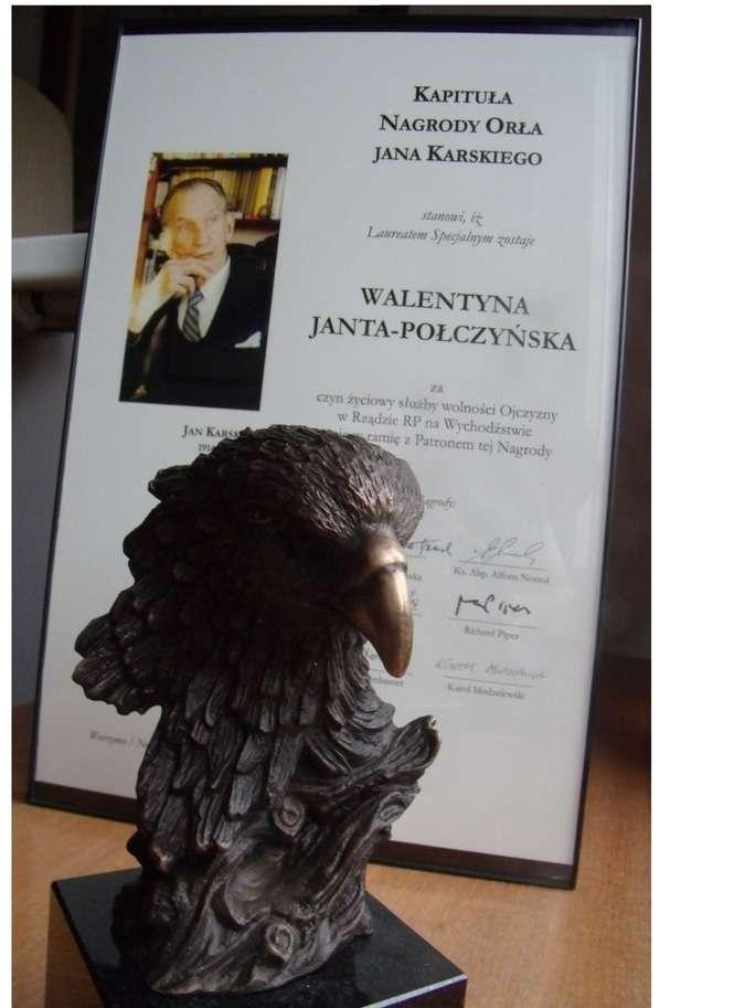Dyplom istatuetka nagrody Orła Jana Karskiego, które trafiły wminioną niedzielę do zacnej Laureatki Fot. Towarzystwo Jana Karskiego