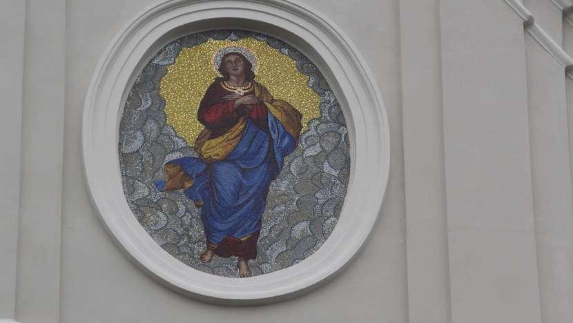 Mozaika z wizerunkiem Matki Boej Anielskiej na fasadzie kocioa w Antoniego w Biaej Podlaskiej fot EB