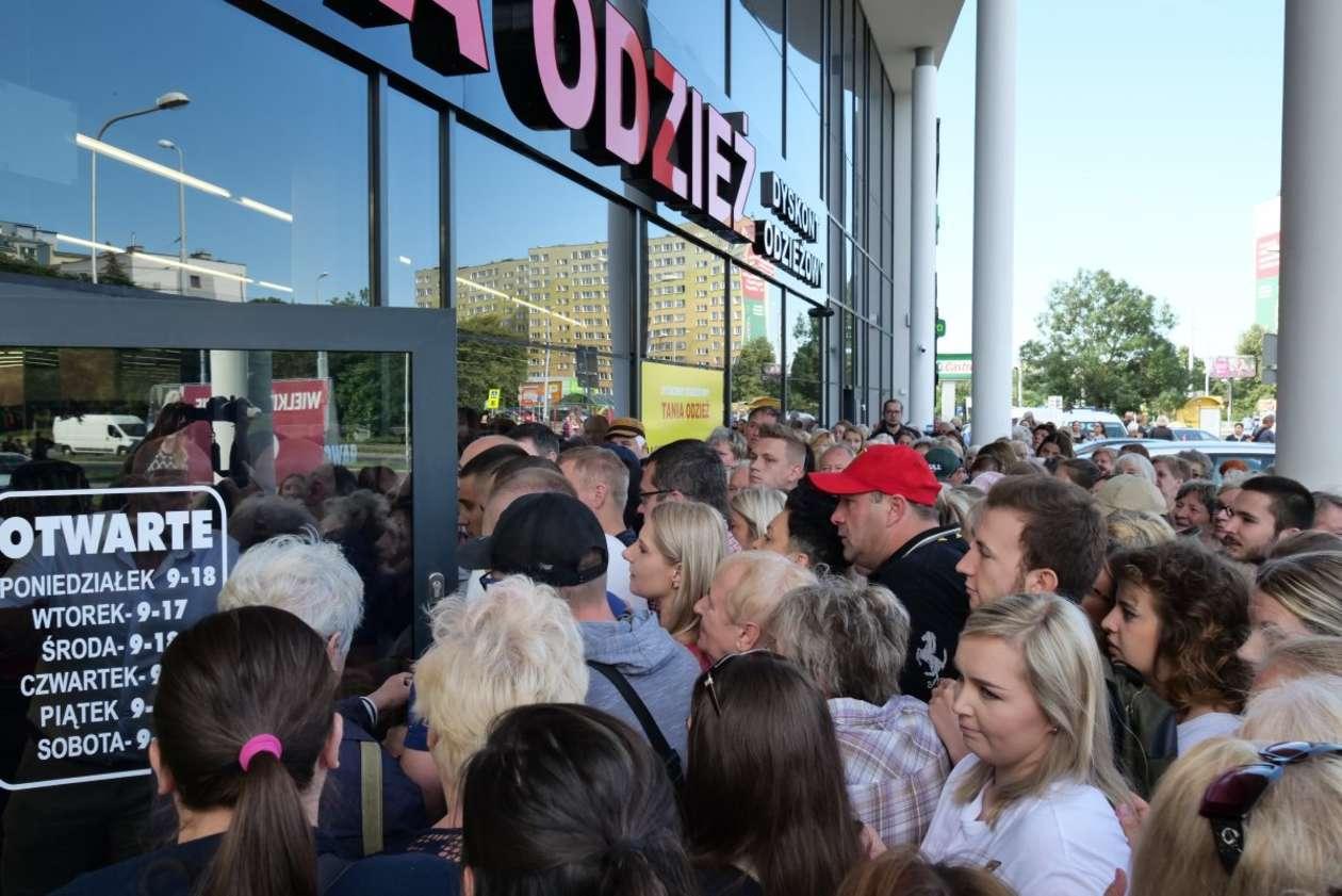 6d2c937f9d Lublin  otwarcie sklepu z tanią odzieżą (zdjęcie 6) - Autor  Maciej  Kaczanowski