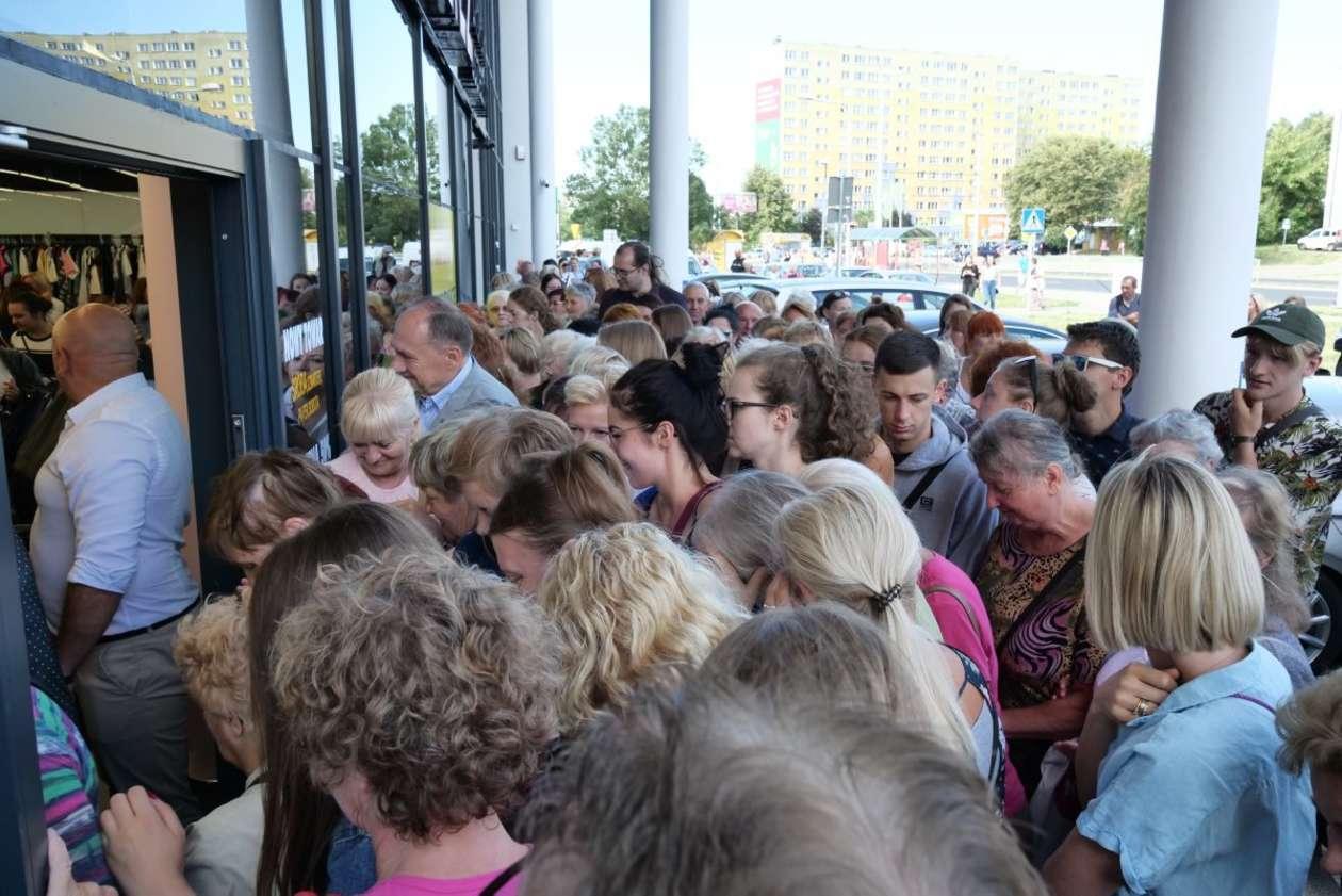 df2f74abc5 Lublin  otwarcie sklepu z tanią odzieżą (zdjęcie 11) - Autor  Maciej  Kaczanowski