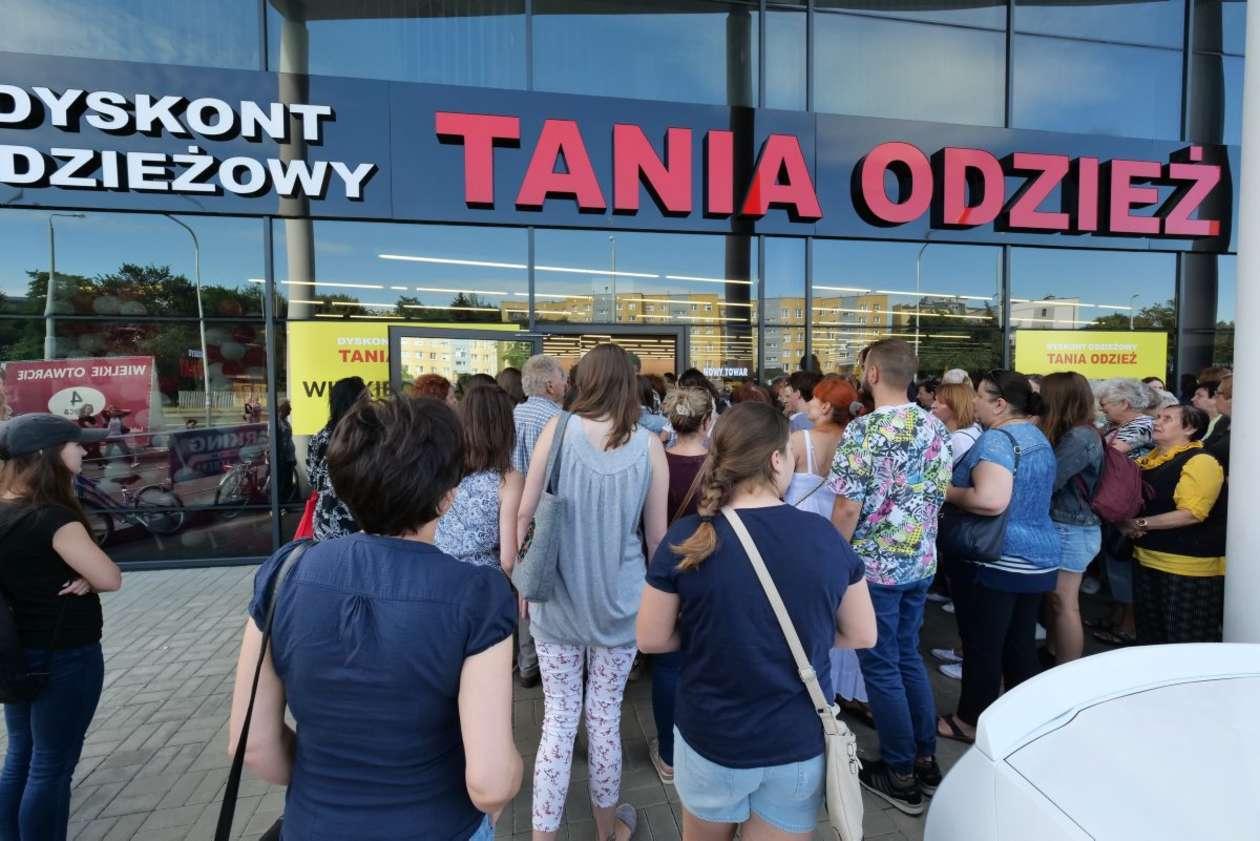 c3dc84c78f Lublin  otwarcie sklepu z tanią odzieżą (zdjęcie 12) - Autor  Maciej  Kaczanowski