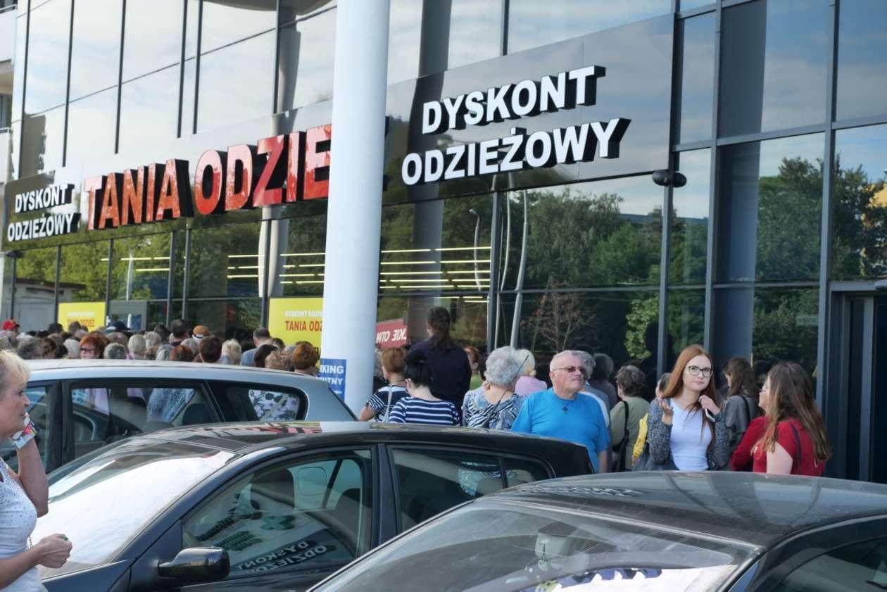 d235e5dc34 Lublin  otwarcie sklepu z tanią odzieżą (zdjęcie 3) - Autor  Maciej  Kaczanowski