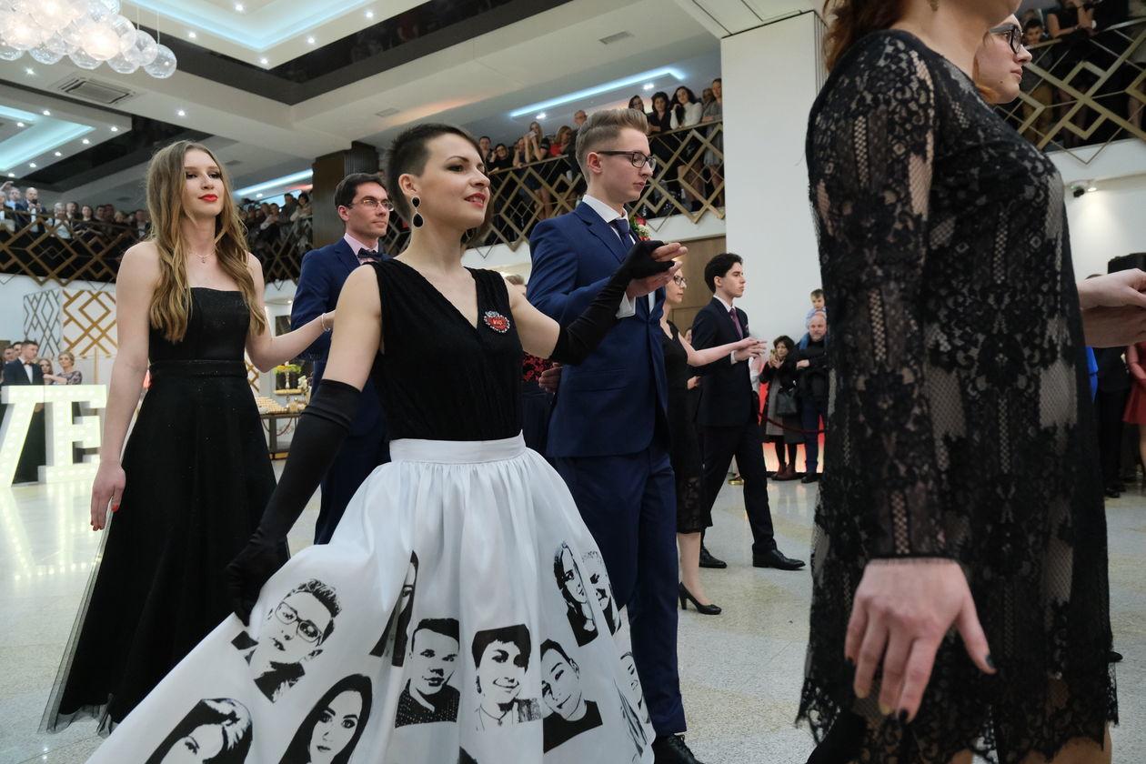 6b6c2ea075 Oryginalna sukienka Beaty Szczerbińskiej-Budzyńskiej na studniówce - Autor   Maciej Kaczanowski