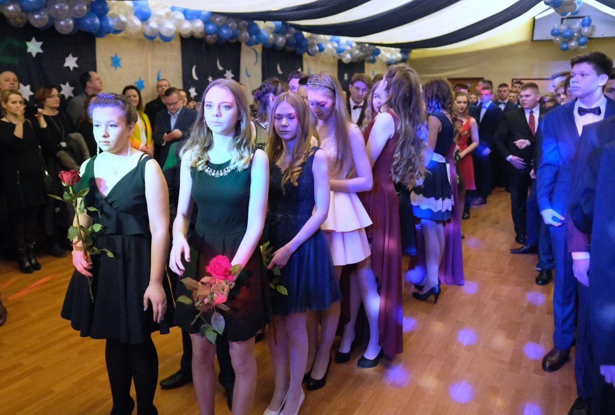 564caf9257 Bal gimnazjalny w Szkole Podstawowej nr 19 im. Józefa Czechowicza w Lublinie  (zdjęcie 2