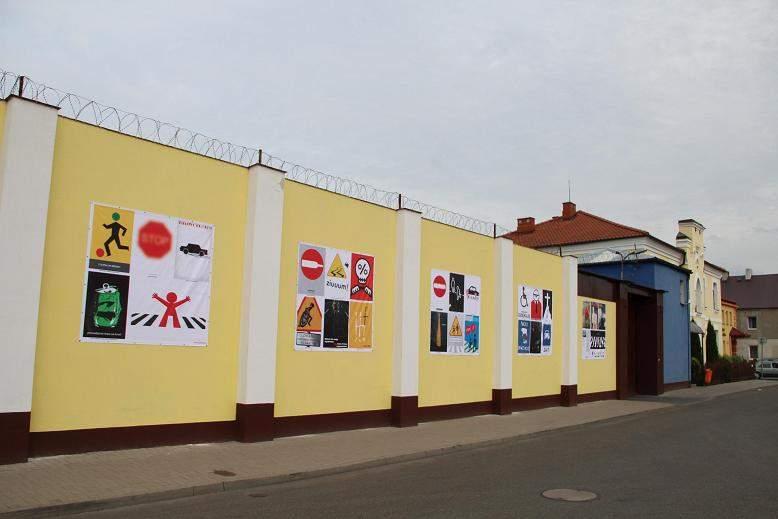 Na Murach Więzienia Pojawiły Się Plakaty Znanych Artystów