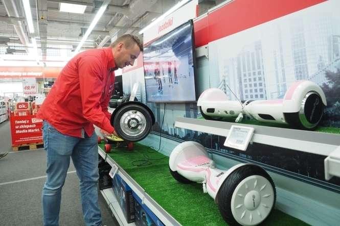 2aa7151f17 Jeden z tegorocznych przebojów w sklepie Media Markt w Lublinie to  elektryczna deskorolka