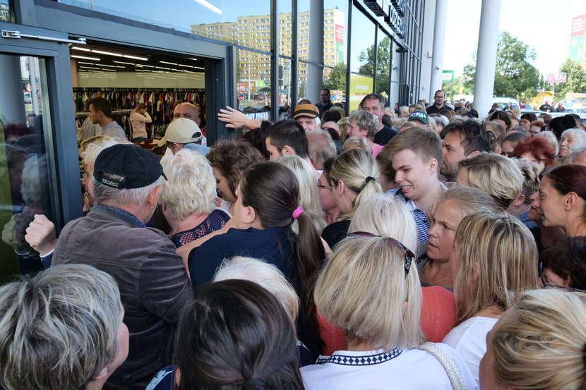 f47ddae300 Tłumy na otwarciu sklepu z tanią odzieżą w Lublinie  zdjęcia  - Dziennik  Wschodni
