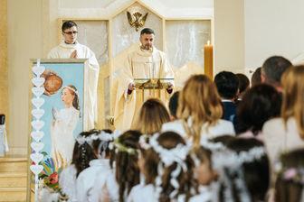 86c3f04ab2 To ma być przeżycie duchowe - powtarzają księża. Plan na świętowanie pierwszej  komunii świętej dla dzieci i ich rodziców jest zwykle jednak zupełnie inny.